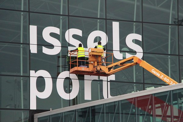 Small_brussels-airport_new-logo-on-building_detail@2x